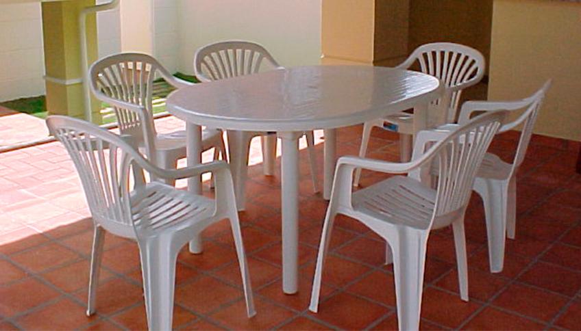 Mesa oval e cadeiras para jardim 6 lugares newcomers for Mesas de jardin de plastico